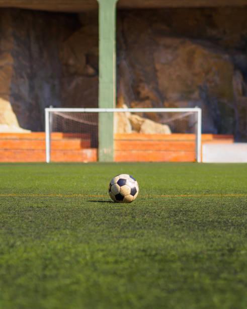 Alten Ball vor ein Fußballtor, gedreht werden – Foto