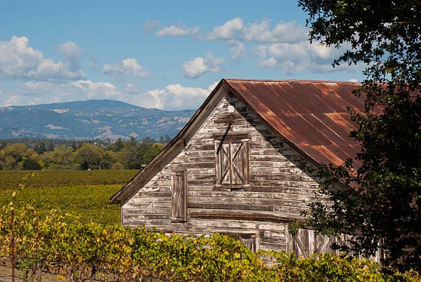 old barn und russian river valley und sonoma county, kalifornien - robert weinberg stock-fotos und bilder