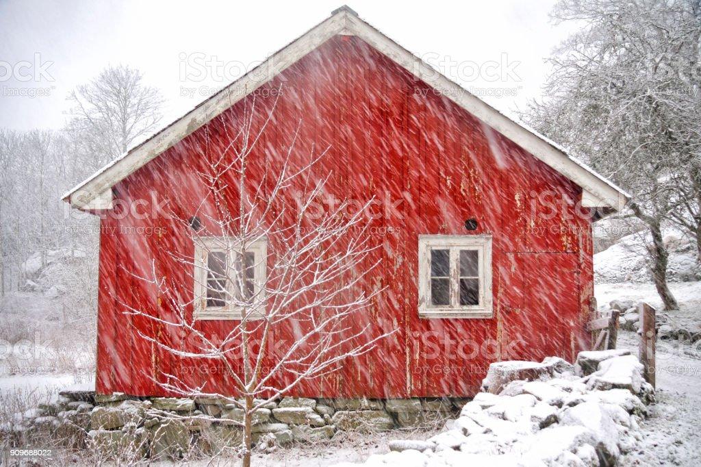 Gammal lada i en dyster winterstorm bildbanksfoto