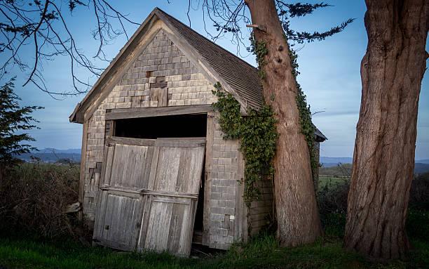 Alte Scheune mit defekten Tür, Farmland, Farbe Bild – Foto