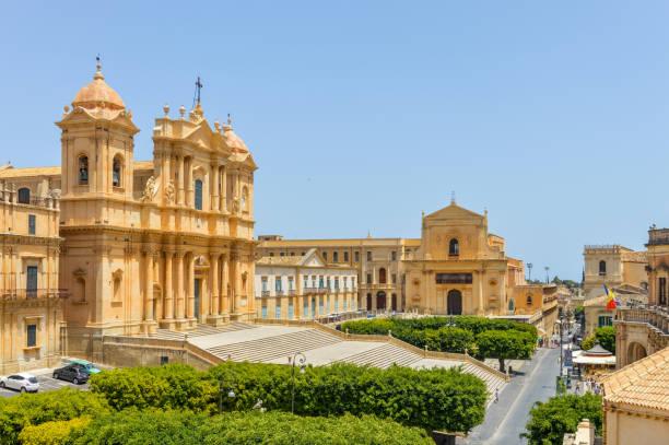 oude barokke architectuur in noto, sicilië - noto sicilië stockfoto's en -beelden