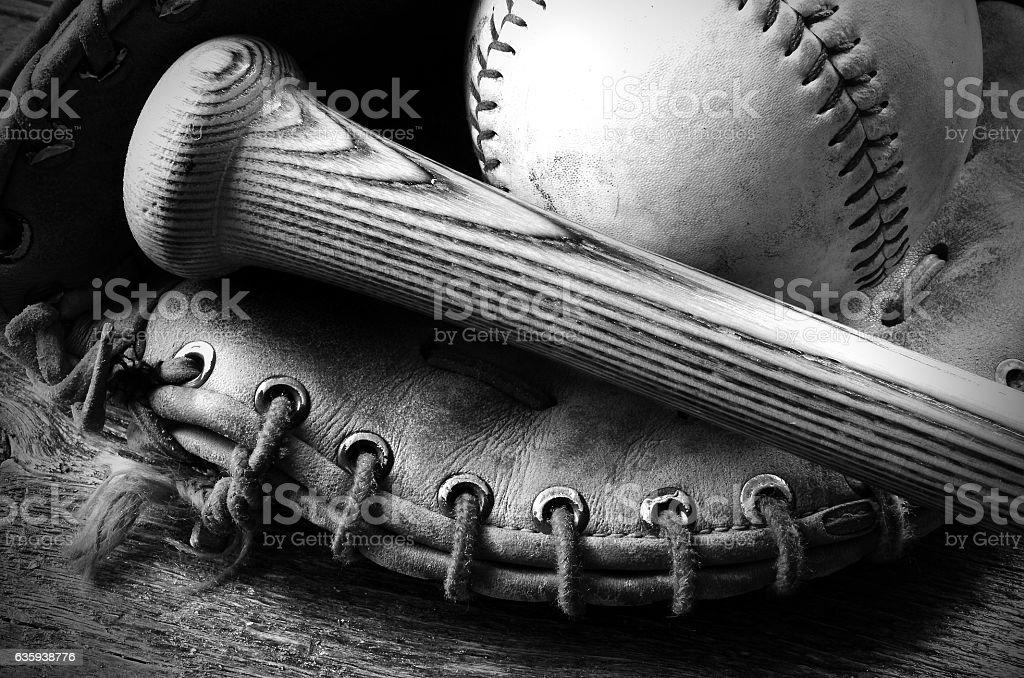 Old Baseball and Bat - foto de acervo