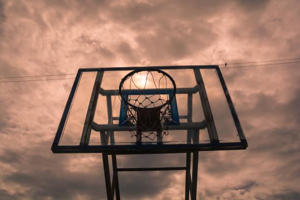 Alten Basketballkorb mit transparenten und dramatischer Himmelshintergrund. – Foto
