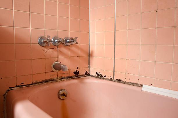 alten bad in reparaturbedürftig - fugen reinigen stock-fotos und bilder