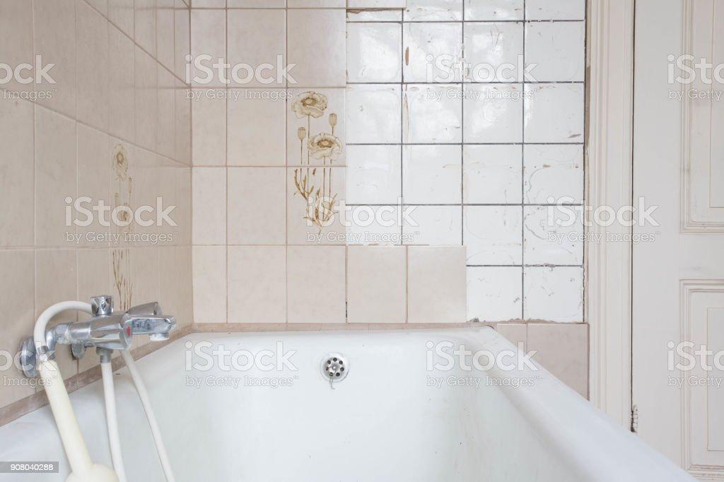 Alte Badewanne und alte Fliesen – Foto