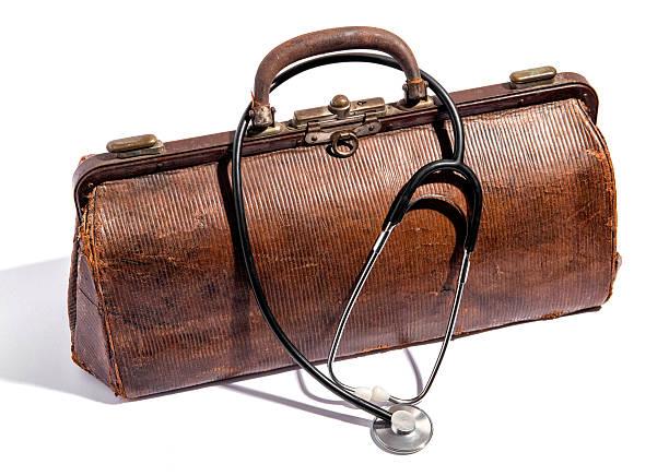 panierter leder der alten arzttaschen und stethoskop - vintage bag stock-fotos und bilder