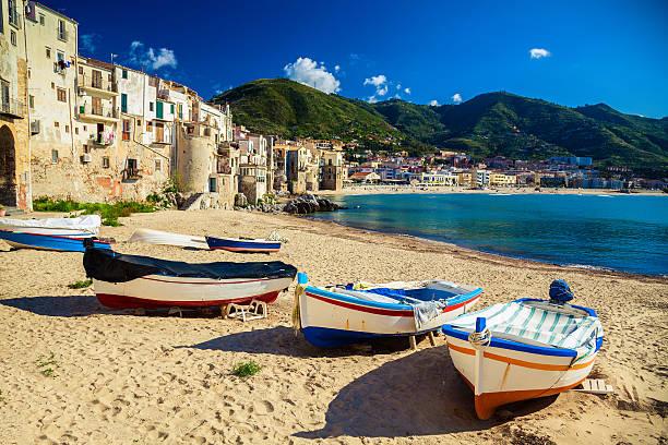 alte strand in cefalu mit fischerbooten - sizilien strände stock-fotos und bilder