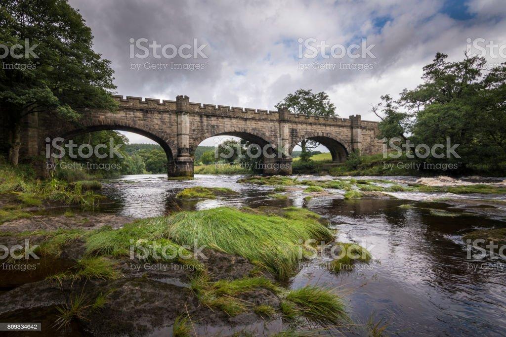 Mooie oude brug over de rivier de rivier Bolton Abbey Engeland foto
