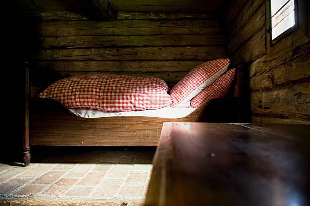 old schlafzimmer - bauernhaus bett stock-fotos und bilder