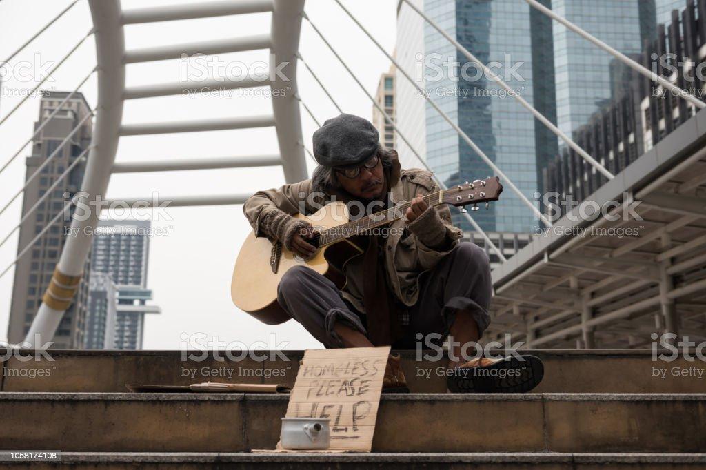 Spenden Sie alte Bettler spielen Gitarre in Stadt zu bekommen – Foto