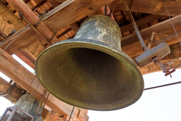 oude klok in de toren - klokkentoren met luidende klokken stockfoto's en -beelden