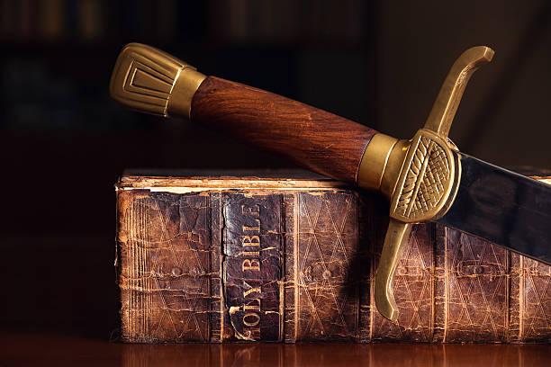 stary biblia z miecz - sword zdjęcia i obrazy z banku zdjęć