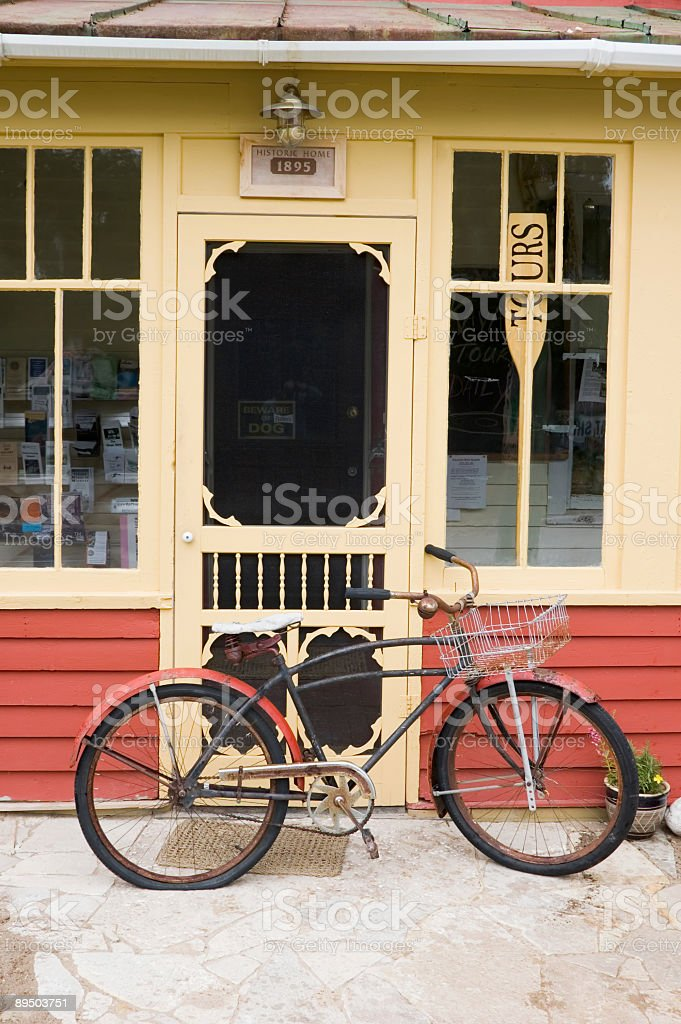 Old Bicycle and Front Door, Qaint Americana Nostalgia royalty free stockfoto