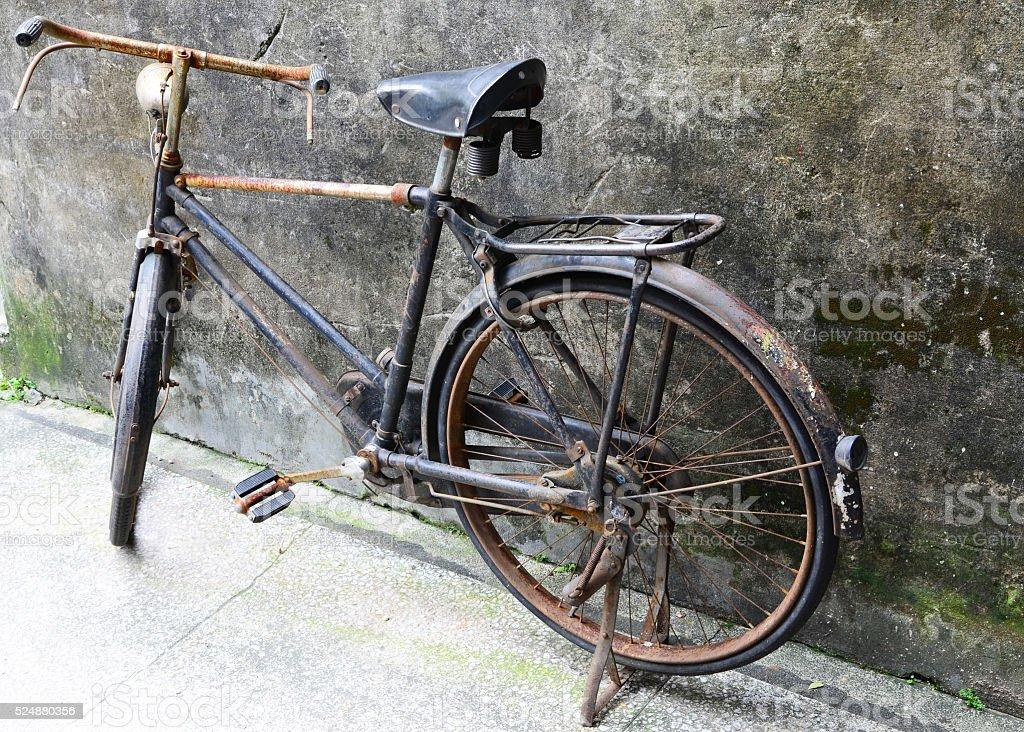 Vieja bicicleta - foto de stock