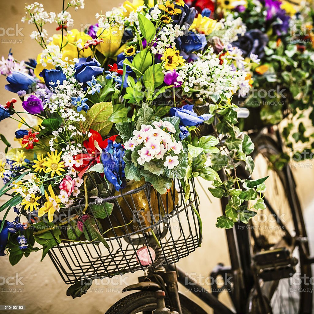 Vieja Bicicleta Con Colorido Floral Romántico Italia Foto De