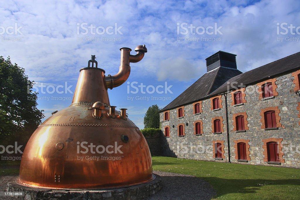 Old big cobre destilería de whisky al aire libre - foto de stock