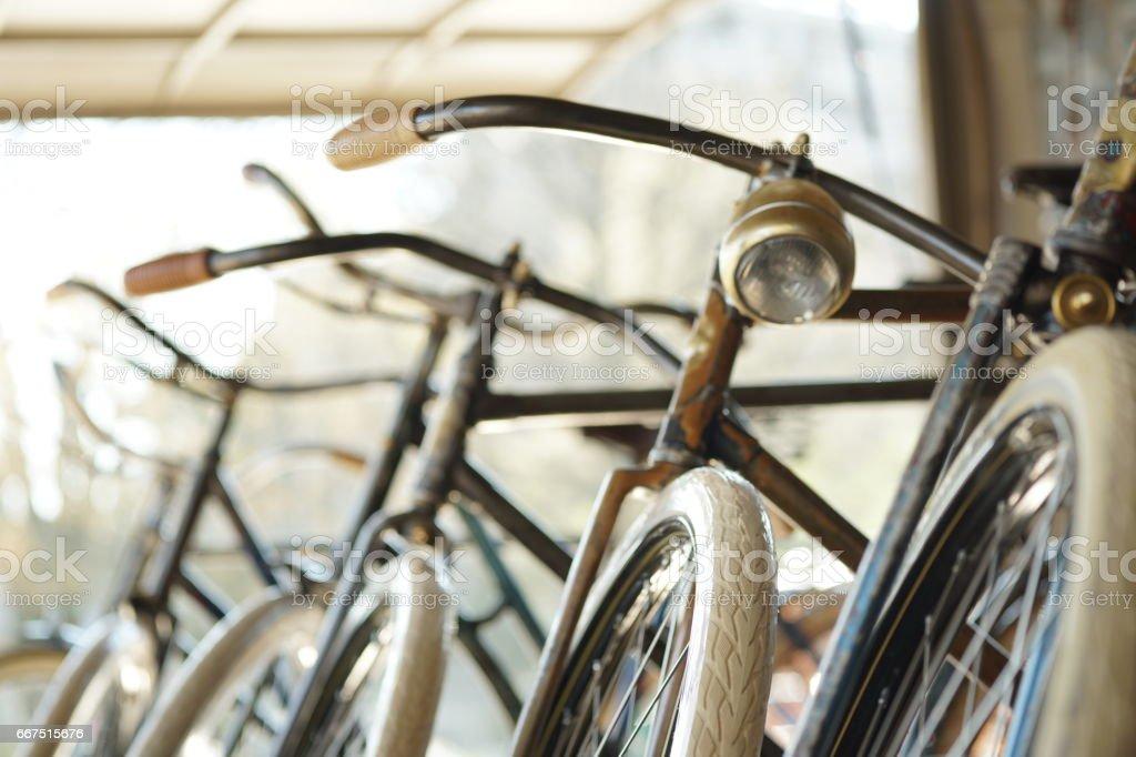Motos antiguas en una fila - foto de stock