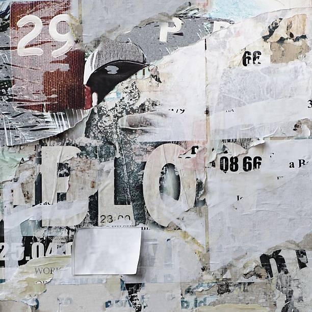 Panneau d'affichage avec papier vieux déchiré des affiches de Texture ou Vertical au dos - Photo