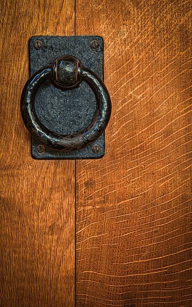 Old black metal circular knocker on oak door – Foto