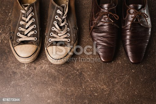 ab67f14dd29bfa ... Alte Schwarze Sneakers Und Braune Klassische Schuhe Auf Einem Dunklen  Hintergrund Marmor Schuhe Für Outdooraktivitäten Stockfoto