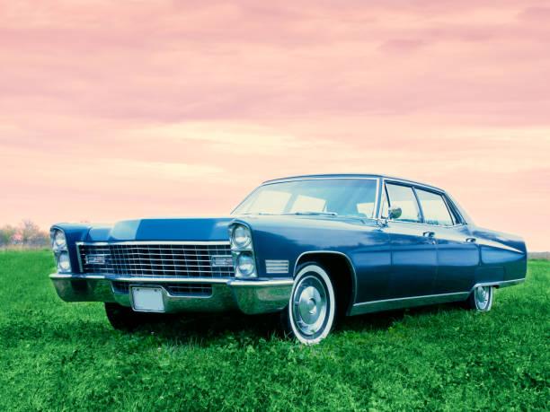 alte blaue 1967 auto geparkt bei sonnenuntergang in einem feld - oldtimer veranstaltungen stock-fotos und bilder