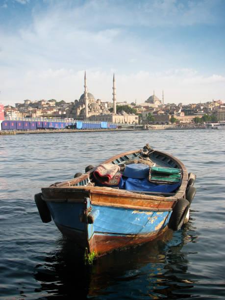 old boat, new mosque, bosphorus, eminonu, karakoy, istanbul, turkey - каракёй стамбул стоковые фото и изображения