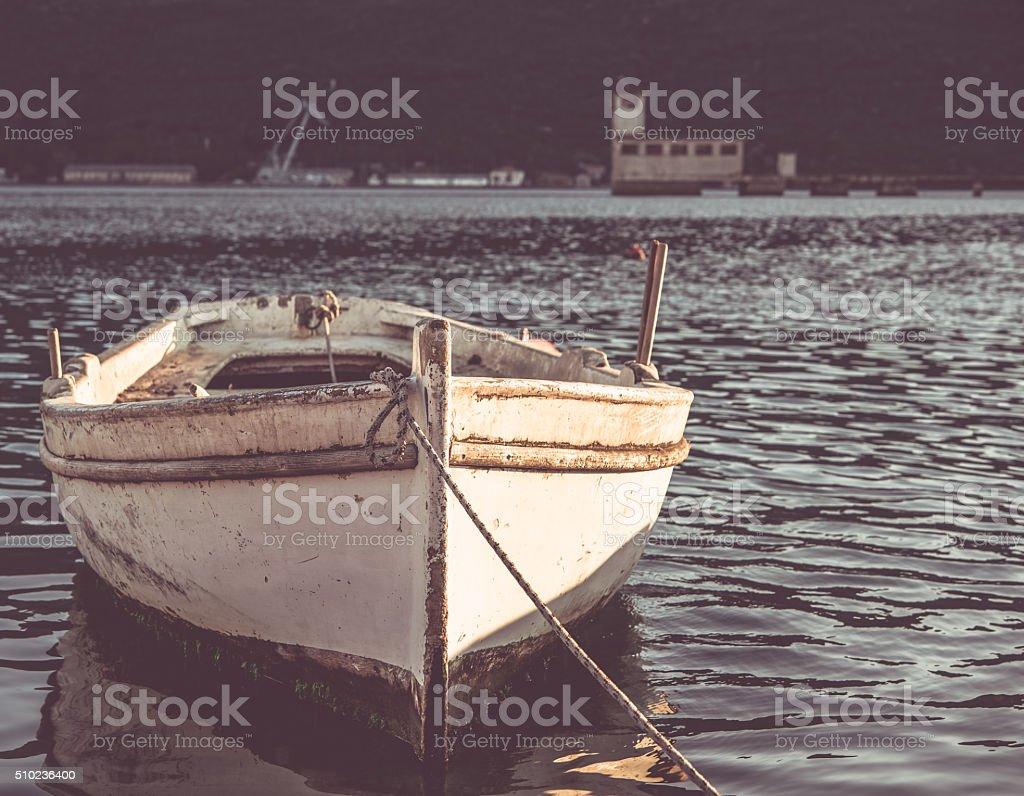 Velho barco no pôr-do-sol - foto de acervo