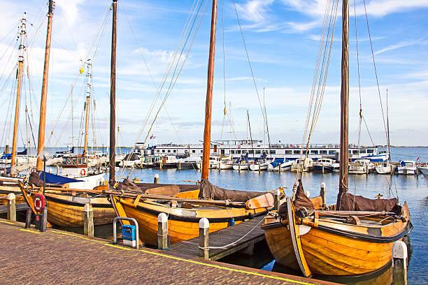 Alte Boote im Hafen von Volendam, Niederlande – Foto