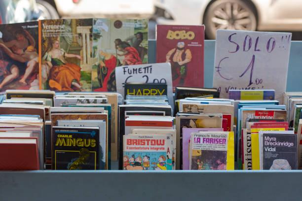 alten buchmarkt auf der straße in neapel - gebrauchte bücher verkaufen stock-fotos und bilder