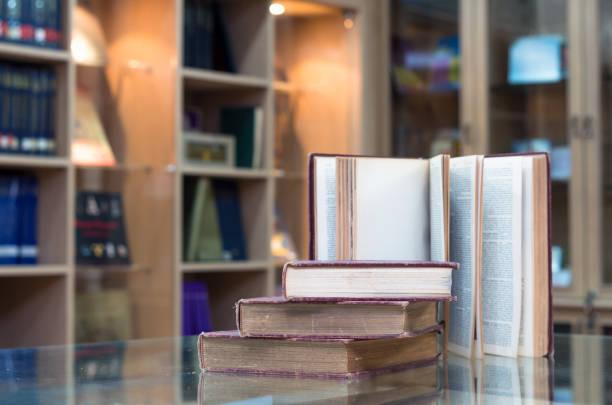 在圖書館的玻璃桌子上的老書 - 大比大 聖經人物 個照片及圖片檔