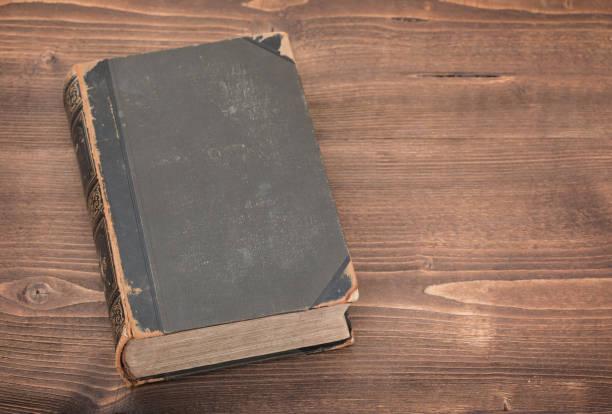 Livro velho no fundo de madeira - foto de acervo