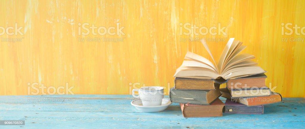 Alte Bücher und eine Kaffeetasse in der Nähe, gute Kopie Speicherplatz – Foto