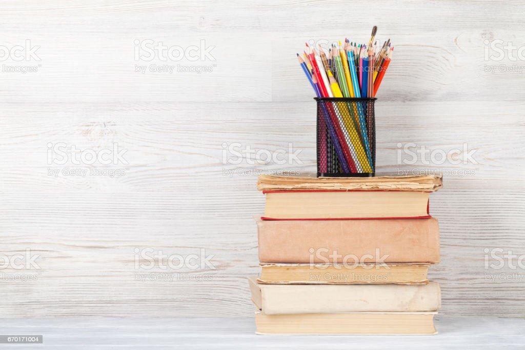 Fotografía de Viejos Libros Y Lápices De Colores y más banco de ...