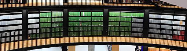 libros antiguos en la biblioteca moderna. - biblioteca de derecho fotografías e imágenes de stock