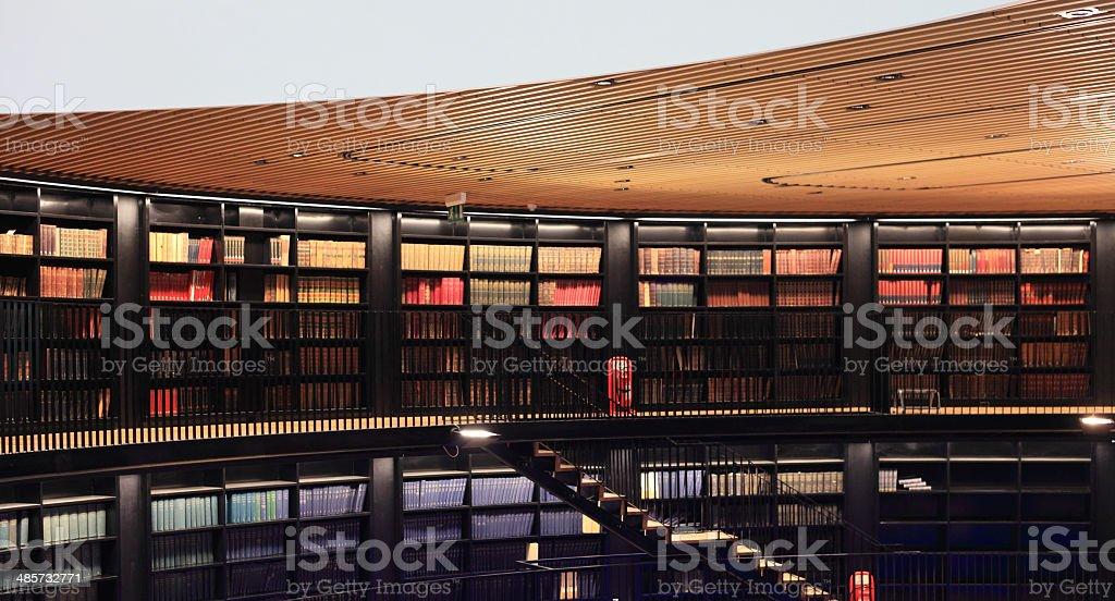 Alte Bücher In einer modernen Bibliothek. - Lizenzfrei Alphabetische Reihenfolge Stock-Foto