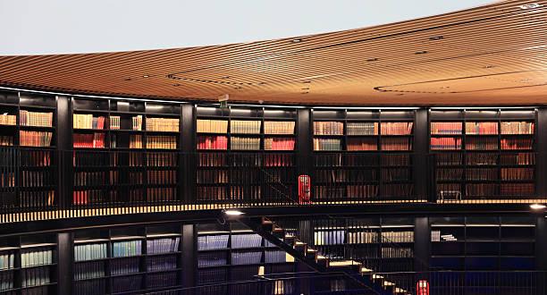 Alte Bücher In einer modernen Bibliothek. – Foto