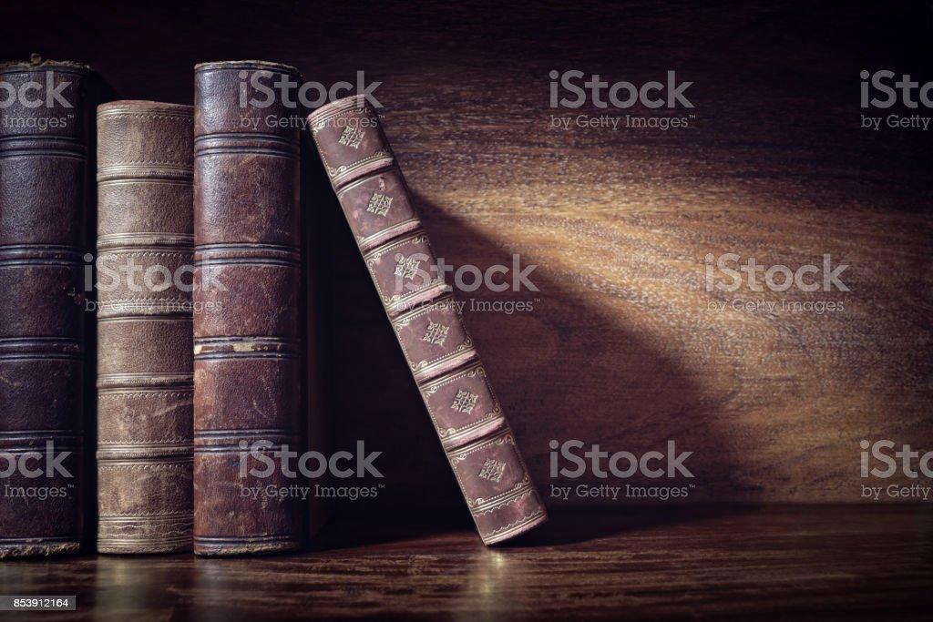Libros antiguos sobre un fondo del estante de la biblioteca - foto de stock