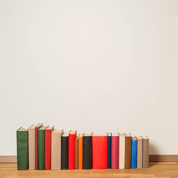 Livros antigos em piso de madeira - foto de acervo