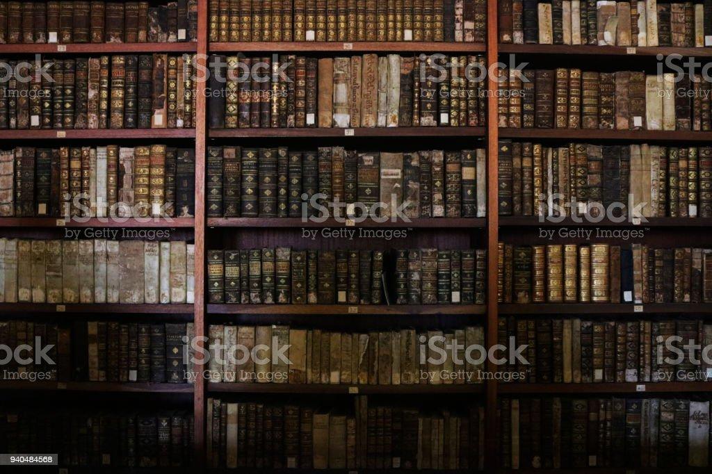 오래 된도 서는 도서관 책장에. 스톡 사진