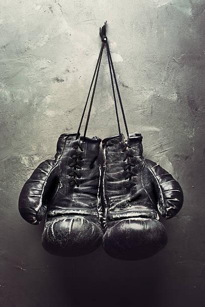 Viejos Guantes de boxeo hang en las uñas - foto de stock
