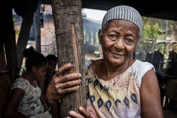 alten brasilianerin zu hause, rio de janeiro, brasilien - rustikaler hinterhof stock-fotos und bilder