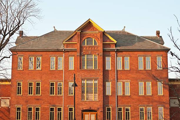 old brick asile building - hopital psychiatrique photos et images de collection