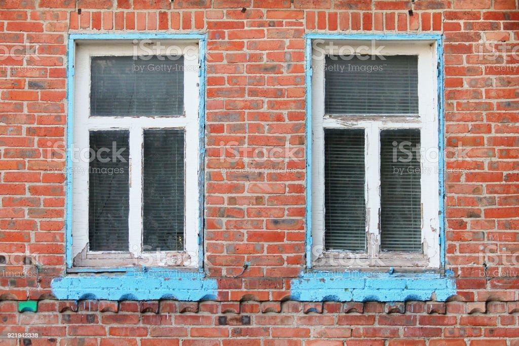 Antiga casa de tijolo com exterior de janelas de madeira - foto de acervo