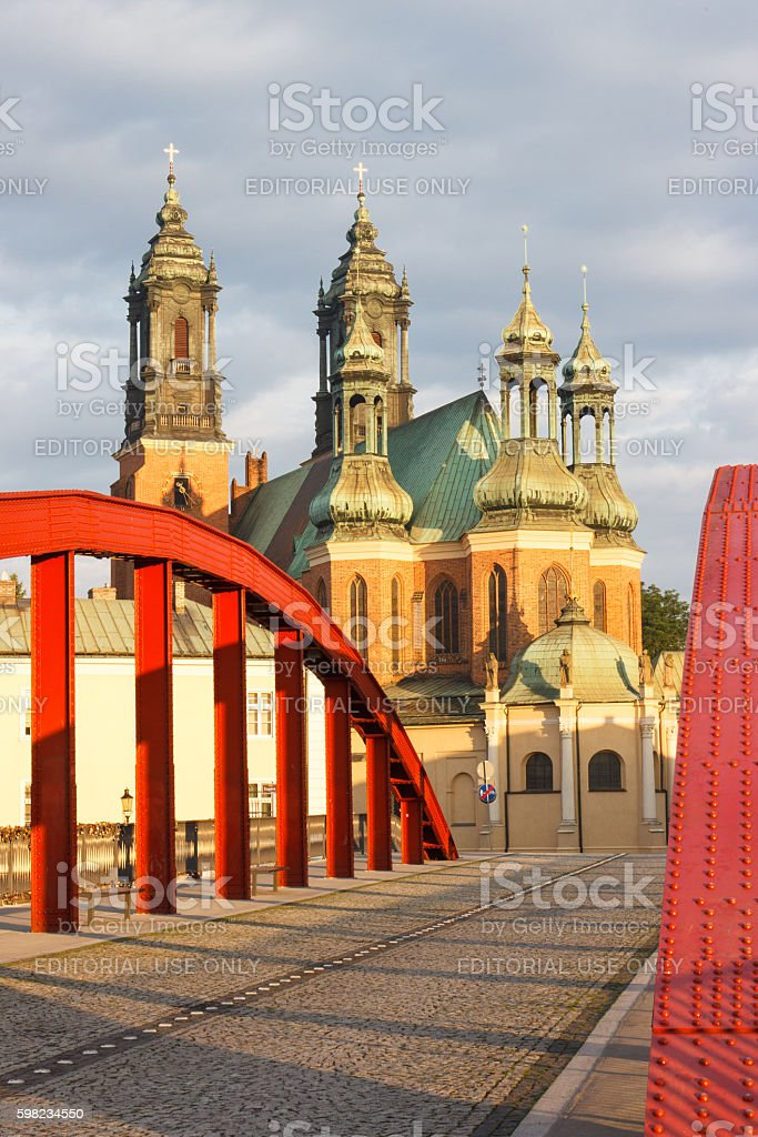 Old bridge and cathedral church in polish town Poznan foto royalty-free