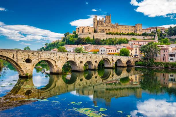 vieux pont et cathédrale à béziers, france - france photos et images de collection