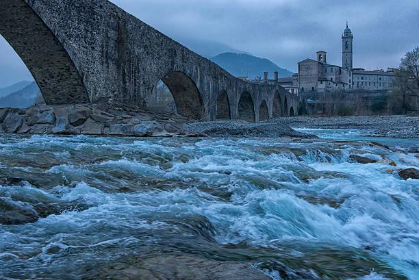 old bridge gobbo e via città, italia - bobbio foto e immagini stock