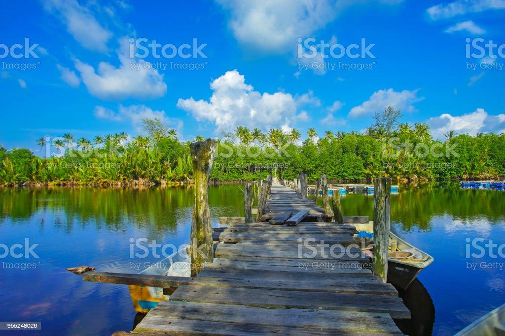 Alten gebrochenen verlassenen Fischer Steg / Pier aus Holz gefertigt. – Foto