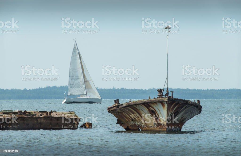 Fotografía de Viejo Barco Roto Naufragio En La Costa Mar Y Velero En ...