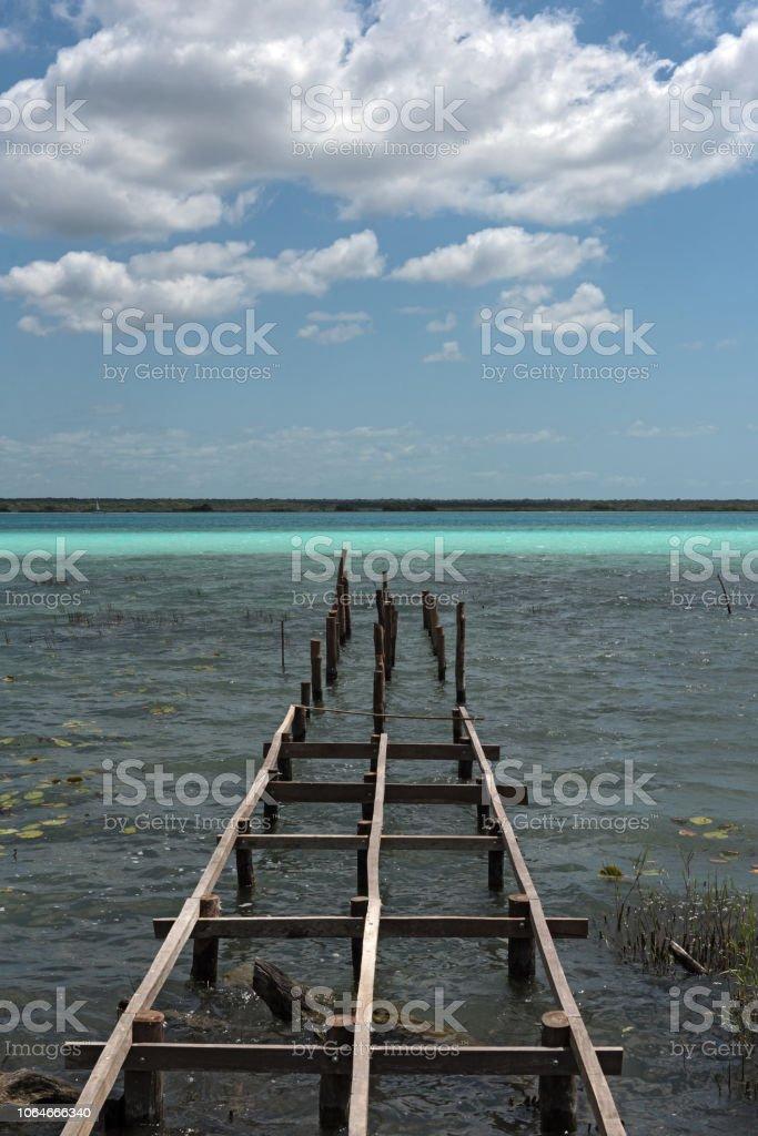 Viejo muelle roto en la laguna de Bacalar, Quintana Roo, México - foto de stock