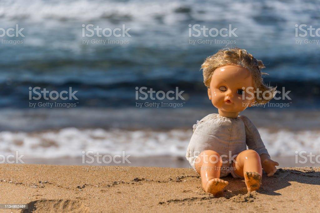 Vieja Playa Una Muñeca Rota Sienta En Que Se Italia Juguete Del eWoErCxQdB